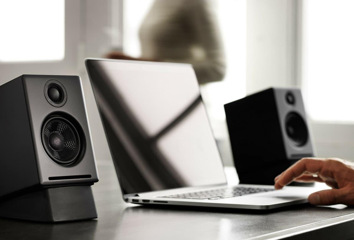 Moment audioengine A2 BT BLK A2 Altavoces inalámbricos de escritorio con DAC integrado y apt X Bluetooth Satin Black lifestyle 01